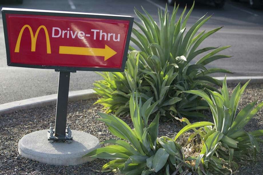 "A ""Drive-Thru"" sign stands outside a McDonald's restaurant in Phoenix on Oct. 21, 2017. Photo: Bloomberg Photo By Caitlin O'Hara. / © 2017 Bloomberg Finance LP"