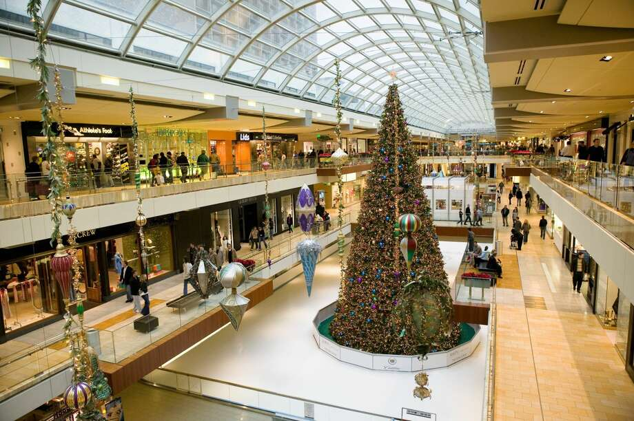 Christmas tree in a shopping mall, Galleria Mall, Houston, Texas, USA Photo: Panoramic Images/Getty Images/Panoramic Images