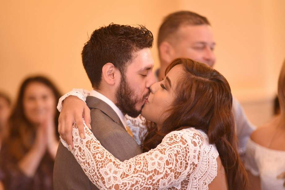 Ricardo Alberto Garcia and Julia Irene Zuniga share their first kisses as newlyweds at La Posada hotel, Wednesday 14, 2018. Photo: Christian Alejandro Ocampo