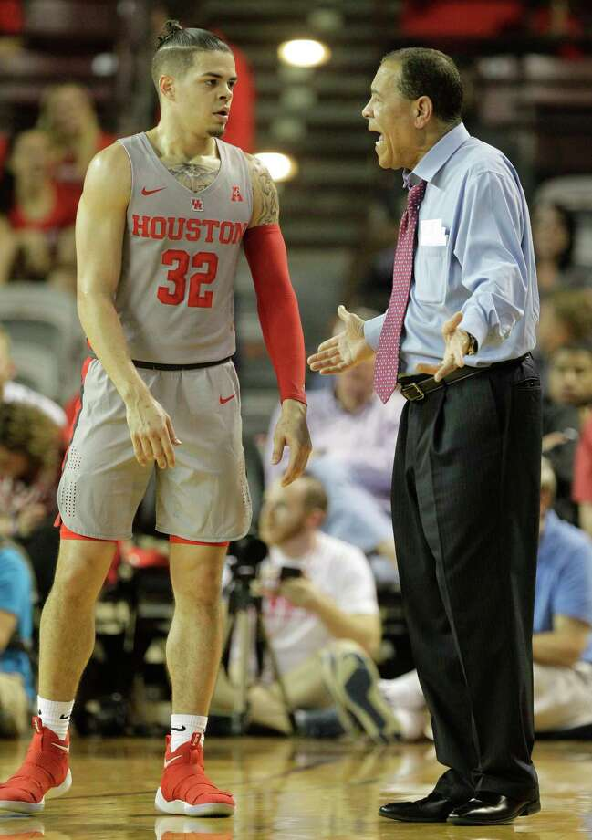 University of Houston Rob Gray talks with coach Kelvin Sampson during game against the University of Cincinnati at Texas Southern University Thursday, Feb. 15, 2018, in Houston. Photo: Melissa Phillip, Houston Chronicle / © 2018 Houston Chronicle
