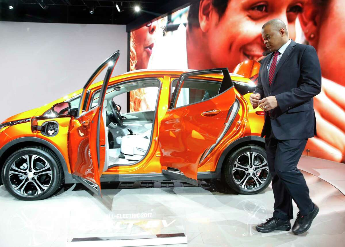 U.S. Transportation Secretary Anthony Foxx views a 2017 Chevrolet Bolt EV at the North American International Auto Show in Detroit last month. The car, or one like it, one day drive could itself on the nation's roads.