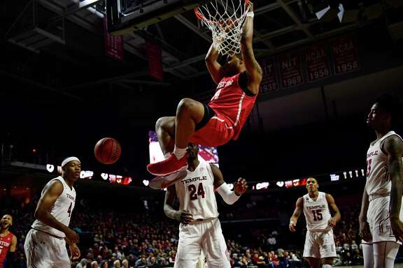 PHILADELPHIA, PA - FEBRUARY 18: Breaon Brady #24 of the Houston Cougars dunks against the Temple Owls during the first half at the Liacouras Center on February 18, 2018 in Philadelphia, Pennsylvania. (Photo by Corey Perrine/Getty Images)