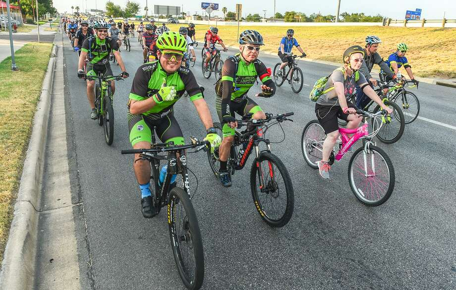 Foto de archivo— Ciclistas participan en un evento para recordar a los ciclistas que sobre la Calle Santa Úrsula el 17 de mayo de 2017, en su camino hacia el Puente de las Américas.Cyclists participating in the Laredo International Ride of Silence make their way down Santa Ursula Avenue on Wednesday, May 17, 2017 as they head to the Bridge of the Americas. The Ride of Silence is done in remembrance of cyclists who lost their lives while riding their bikes. Photo: Danny Zaragoza /Laredo Morning Times / Laredo Morning Times
