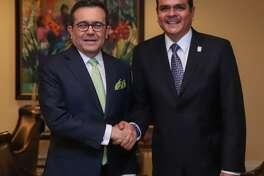 El Secretario de Economía de México, Ildefonso Guajardo Villarreal, aparece junto al presidente municipal de Nuevo Laredo, México, durante la ceremonia del Abrazo, en el marco de las celebraciones por el natalicio de George Washington, el sábado.