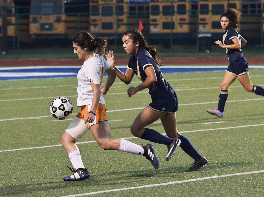 Alexander and United will meet for the first time this year on Wednesday at 7:30 p.m. at Krueger Field as each team is 5-0 so far in District 29-6A play. Photo: Cuate Santos / Laredo Morning Times File / Laredo Morning Times