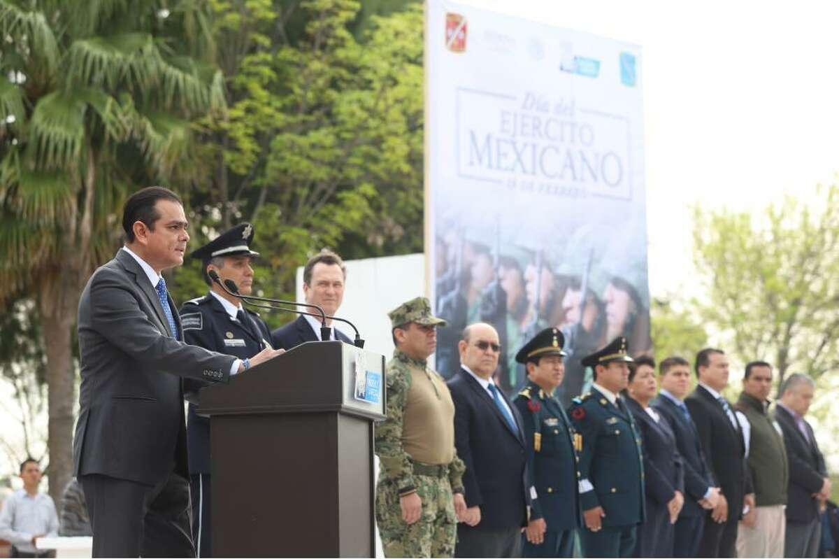 El Presidente Municipal de Nuevo Laredo Enrique Rivas en el podio durante una ceremonia celebrando el Día del Ejército Mexicano, el lunes 19 de febrero por la mañana.