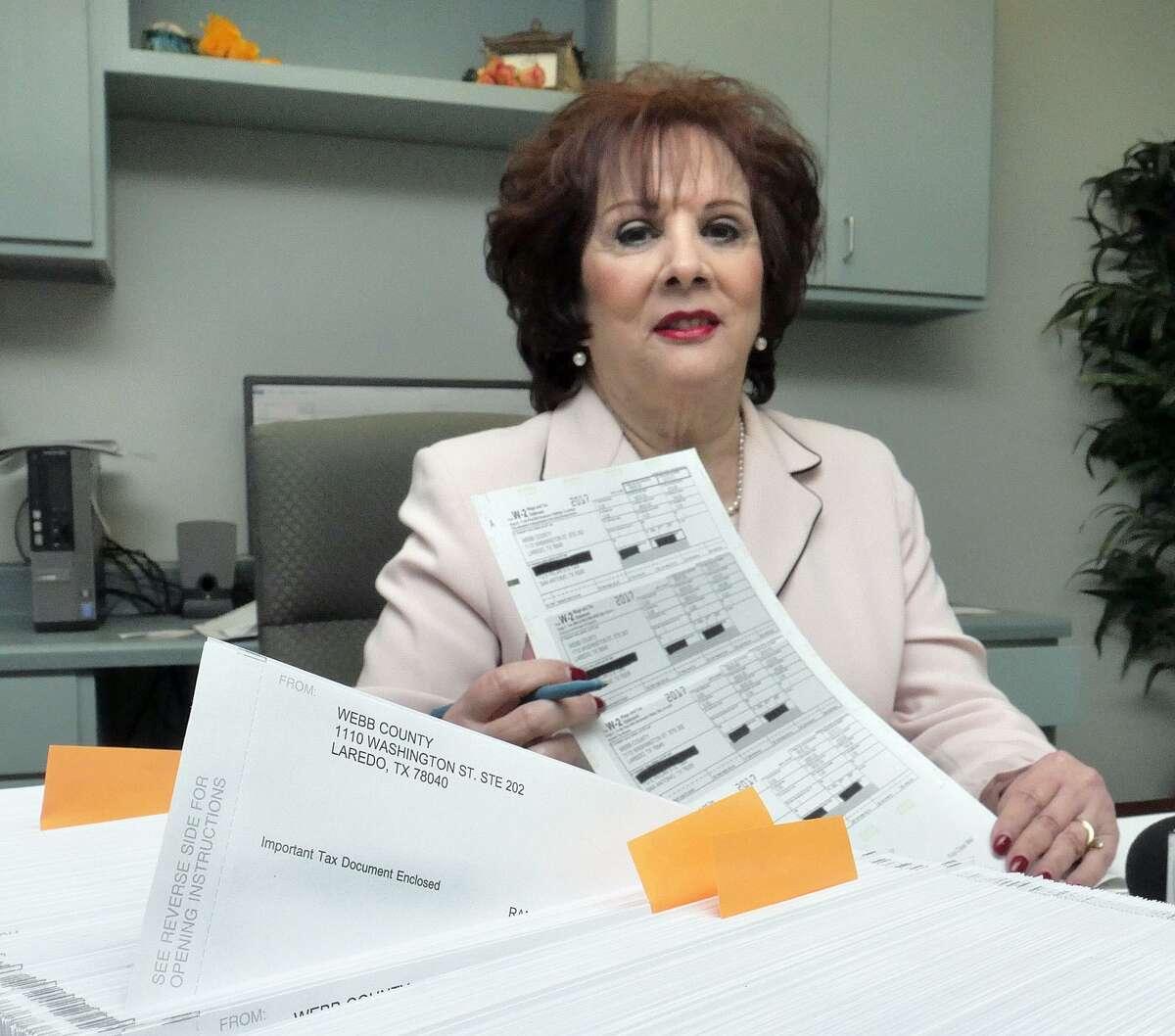 ARCHIVO - La tesorera del Condado de Webb Delia Perales atiende a miembros de la prensa en su oficina, el jueves 28 de diciembre de 2017.