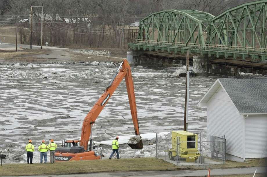 NYDOT uses heavy equipment to remove ice at lock 8 along the Mohawk River on Thursday, Feb. 22, 2018.  SKIP DICKSTEIN/Albany Times Union Photo: Albany Times Union, Skip Dickstein