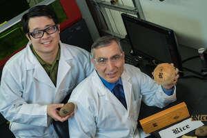 Rice University graduate student Yieu Chyan, left, and Professor James Tour.