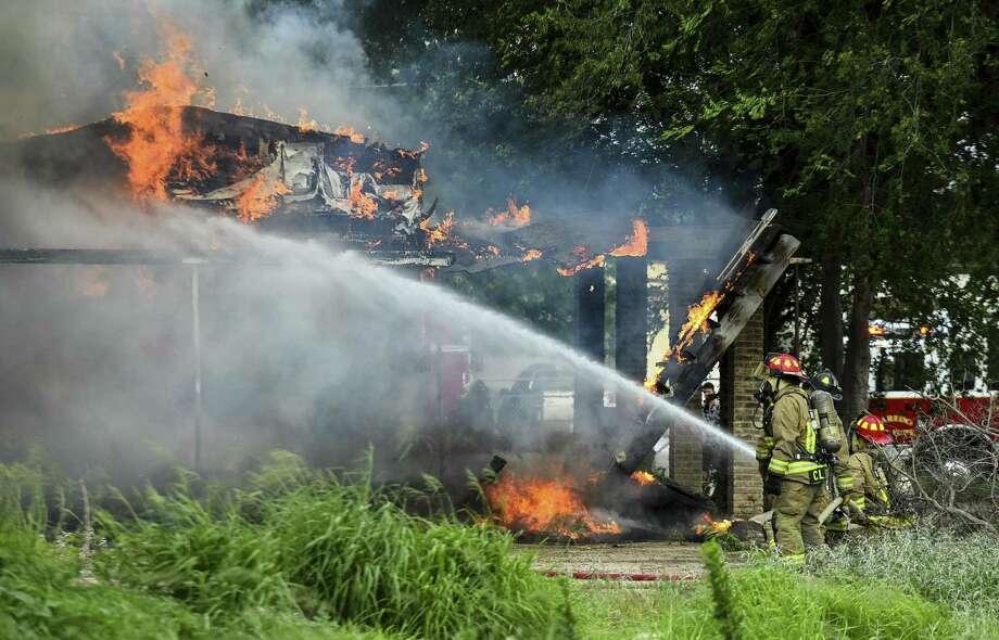 ARCHIVO — Bomberos apagan un incendio en la intersección de la calle West Lyon y la avenida Valencia, el 31 de marzo de 2017. Photo: Danny Zaragoza /Laredo Morning Times