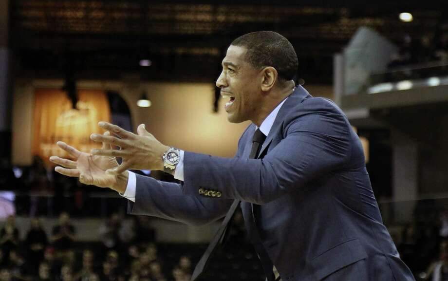 Head coach Kevin Ollie and the UConn men's basketball team will host Memphis on Sunday. Photo: Tony Tribble / Associated Press / AP
