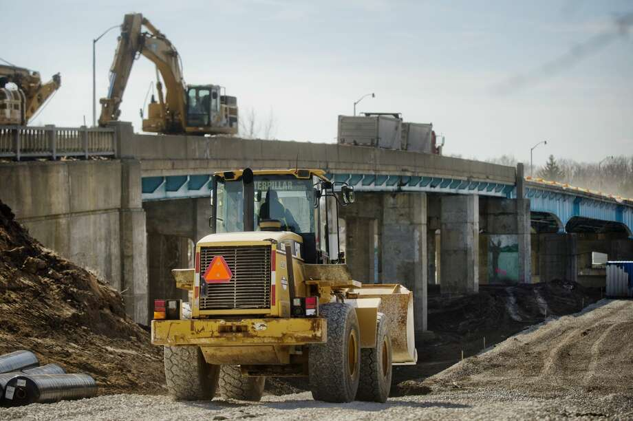 Construction crews work on the M-20 bridge on Tuesday, Feb. 27, 2018 in Midland. (Katy Kildee/kkildee@mdn.net) Photo: (Katy Kildee/kkildee@mdn.net)