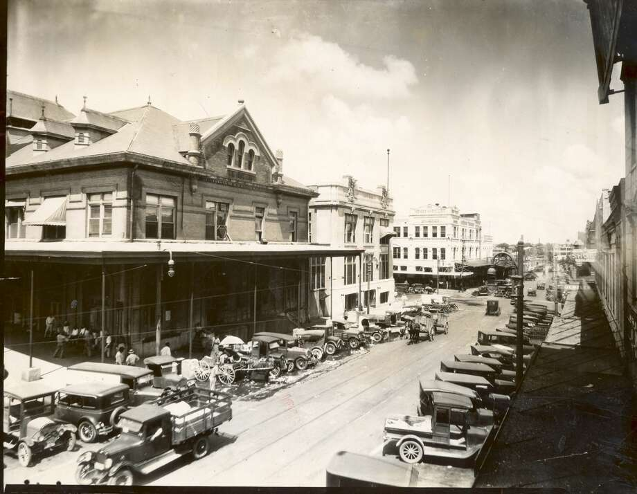 1920s Farmers Market , Houston City Hall, Henke and Pillot grocery store, last white building across the street from City Hall. Photo: Houston Chronicle Files