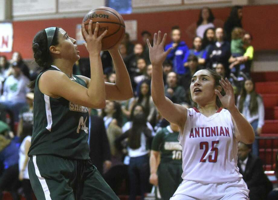 Sophia Ramos of Incarnate Word drives to the basket as Kristiana DeLeon (25) defends during TAPPS high school basketball action at Antonian High School on Thursday, Feb. 8, 2018. Photo: Billy Calzada, Staff / San Antonio Express-News / San Antonio Express-News