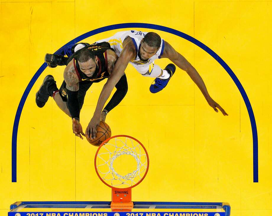 Kevin Durant (35) blocks a shot by LeBron James (23) in the final seconds of the fourth quarter as the Golden State Warriors played the Cleveland Cavaliers at Oracle Arena in Oakland, Calif., on Monday, December 25, 2017. Photo: Carlos Avila Gonzalez / The Chronicle