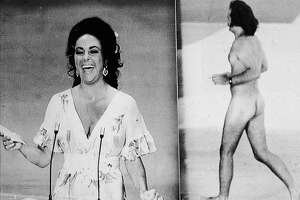 British-born actress Elizabeth Taylor laughs as she remarks that she was upstaged by streaker Robert Opal before presenting the Oscar for Best Picture at the 46th Annual Academy Awards ceremony, Los Angeles, California, April 2, 1974. At right, Opal darts across the stage naked just as David Niven was introducing Taylor. (Photo by Hulton Archive/Getty Images)