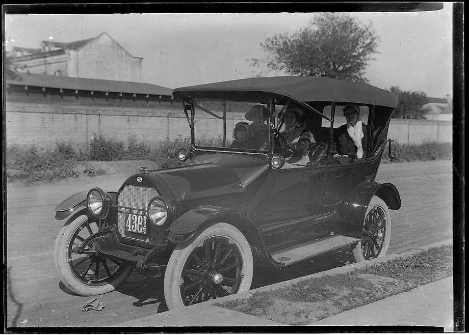 The Model T Ford, introduced in 1908, was still a rarity in 1915, when a gang in S.F. made its escape in an automobile. Photo: LIBRARY OF CONGRESS