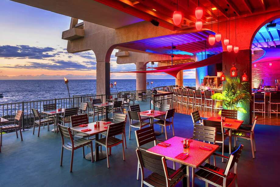 The Sheraton Kona recently completed a $400,000 renovation, creating an ocean-view bar with more fire pit seating and modern decor. Photo: Brady Simmons