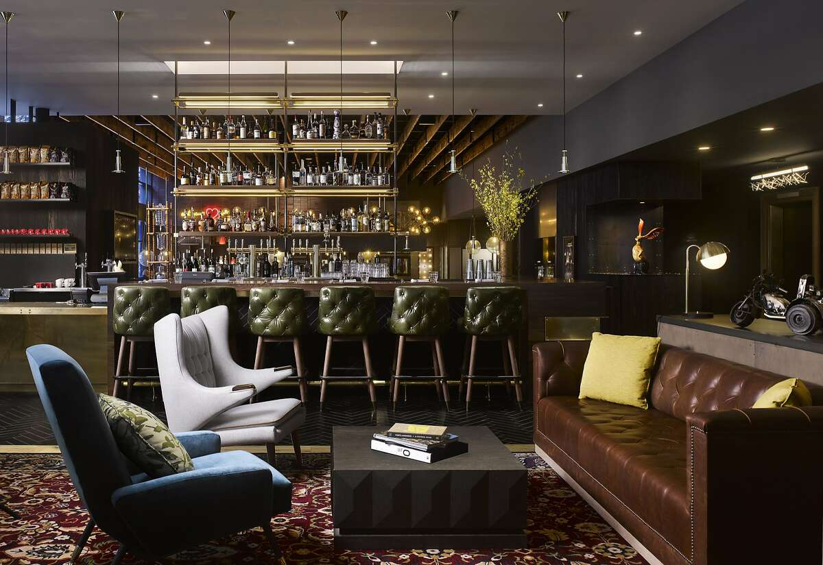 The Duniway Portland�s living room style lobby bar flows into the bar of Jackrabbit, with daily happy hours and Friday night DJs.