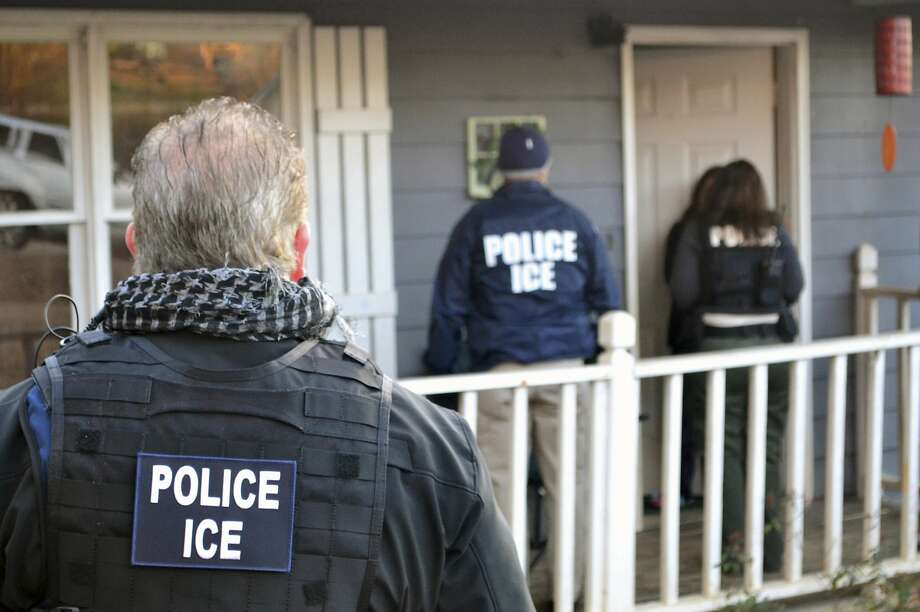 U.S. Immigration and Customs Enforcement agents approach a home in Atlanta in February 2017. Photo: Bryan Cox, Associated Press