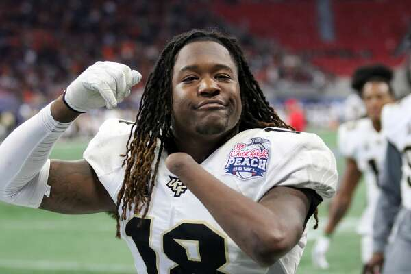 ATLANTA, GA - JANUARY 01: UCF Knights linebacker Shaquem Griffin (18) leaves the field for halftime of the Peach Bowl between the UCF Knights and the Auburn Tigers. UCF defeated Auburn by the score off 34-27 at the Chick-fil-A Peach Bowl at the Mercedes-Benz Stadium in Atlanta, Georgia. (Photo by Michael Wade/Icon Sportswire via Getty Images)
