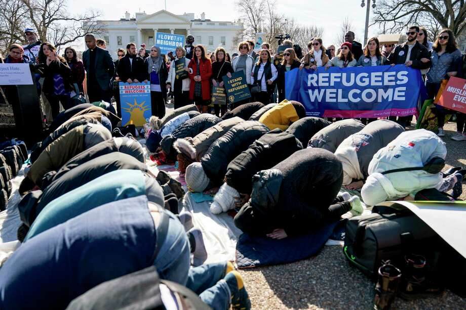 Supporters surround a group who perform the Islamic midday prayer outside the White House during a rally on the one-year anniversary of the Trump Administration's first partial travel ban. Photo: Andrew Harnik, STF / Copyright 2018 The Associated Press. All rights reserved.