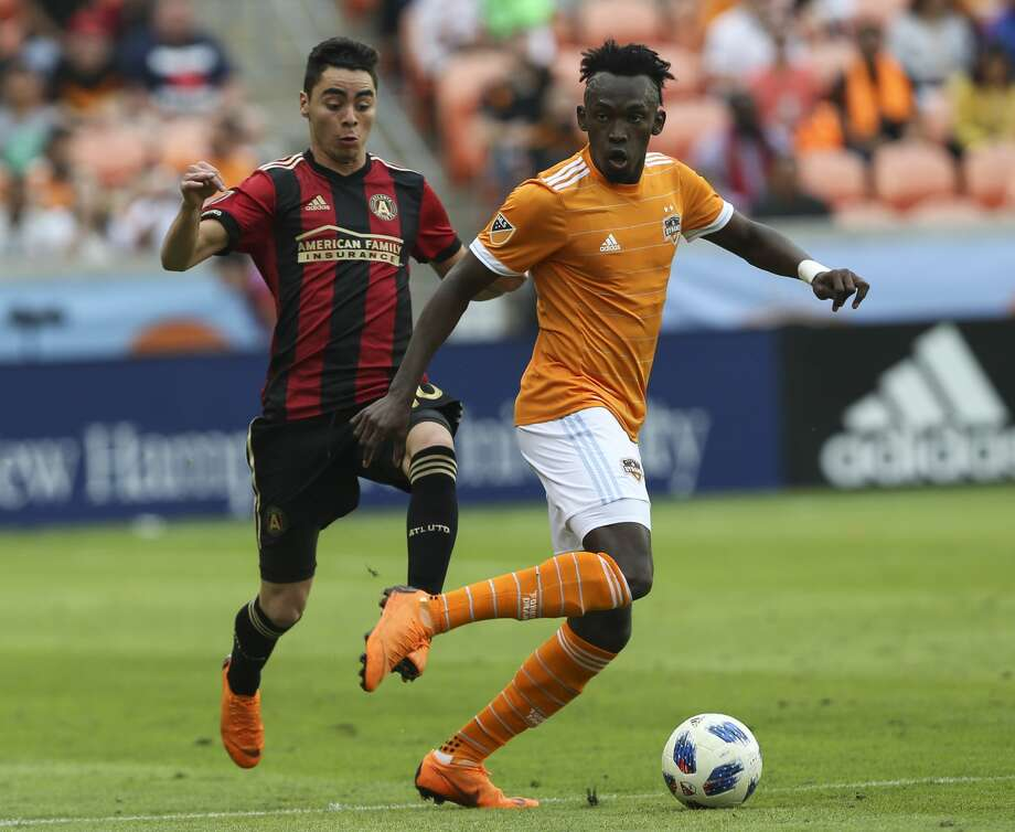 Houston Dynamo forward Alberth Elis (17) dribbles down the field while Atlanta United midfielder Miguel Almiron (10\ is trying to catch up during the second half of the MLS game at BBVA Compass Stadium on Saturday, March 3, 2018, in Houston. ( Yi-Chin Lee / Houston Chronicle ) Photo: Yi-Chin Lee/Houston Chronicle