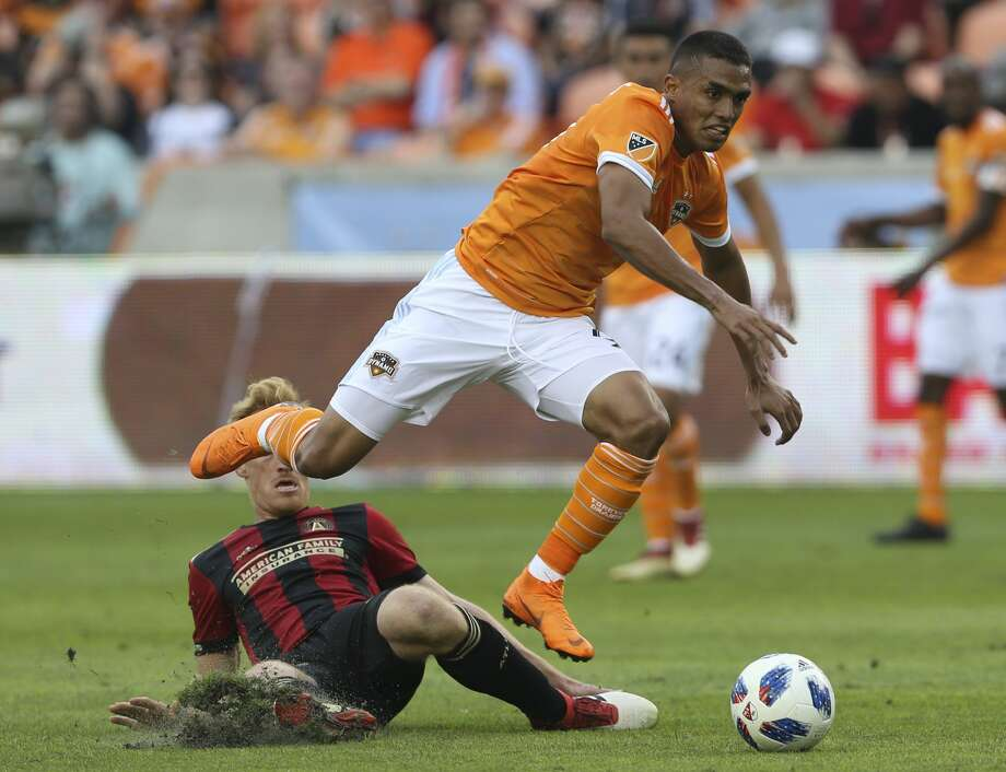 Houston Dynamo forward Mauro Manotas (9) dribbles forward after passing Atlanta United midfielder Jeff Larentowicz (18) during the second half of the MLS game at BBVA Compass Stadium on Saturday, March 3, 2018, in Houston. ( Yi-Chin Lee / Houston Chronicle ) Photo: Yi-Chin Lee/Houston Chronicle