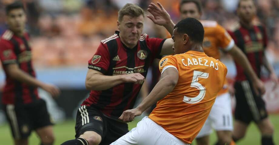 Houston Dynamo midfielder Juan David Cabezas (5) and Atlanta United midfielder Julian Gressel (24) battle for control of the ball during the first half of the MLS game at BBVA Compass Stadium on Saturday, March 3, 2018, in Houston. ( Yi-Chin Lee / Houston Chronicle ) Photo: Yi-Chin Lee/Houston Chronicle