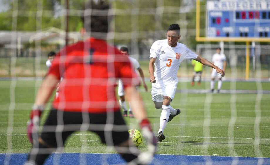 Carlos Varela scored the opening goal for United Saturday in a 2-1 victory Saturday over Southwest at the SAC. Photo: Danny Zaragoza /Laredo Morning Times / Laredo Morning Times