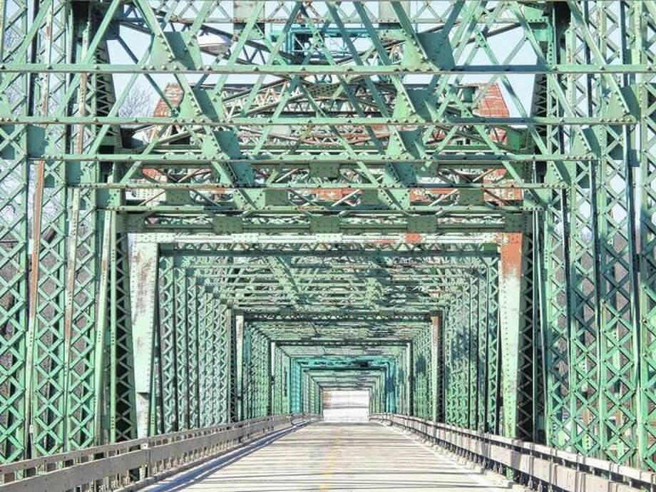 A quiet Florence Bridge waits to carry traffic over the Illinois River.
