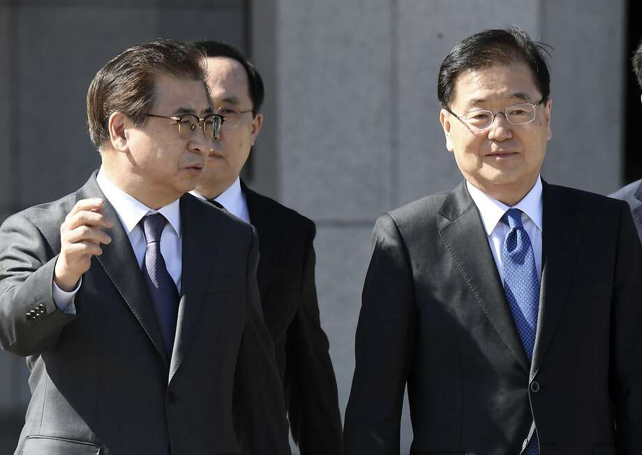 Top South Korean officials Suh Hoon (left) and Chung Eui-yong depart for Pyongyang. Photo: Jung Yeon-je, Associated Press