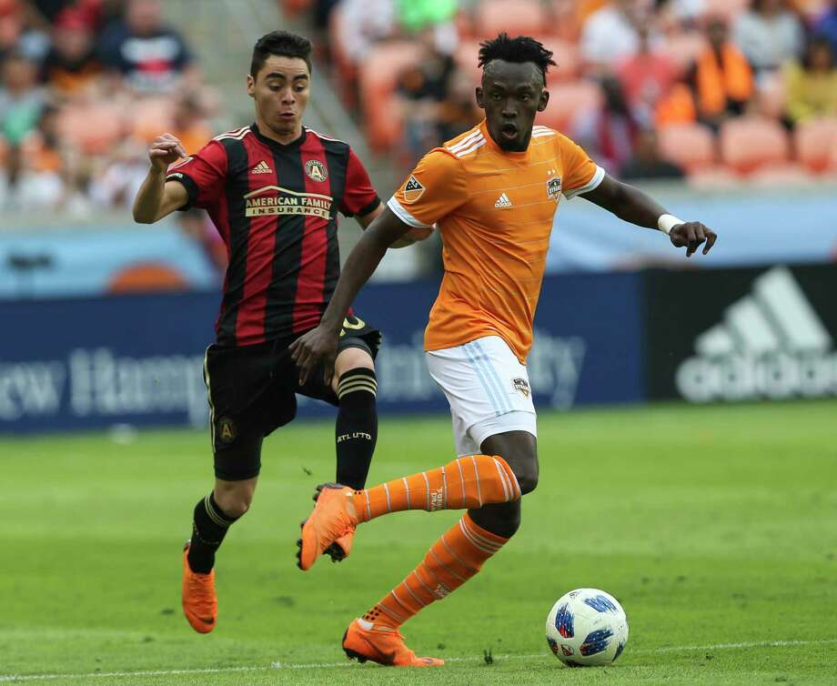 Houston Dynamo forward Alberth Elis (17) dribbles down the field while Atlanta United midfielder Miguel Almiron (10\ is trying to catch up during the second half of the MLS game at BBVA Compass Stadium on Saturday, March 3, 2018, in Houston. ( Yi-Chin Lee / Houston Chronicle ) Photo: Yi-Chin Lee, Staff / © 2018 Houston Chronicle