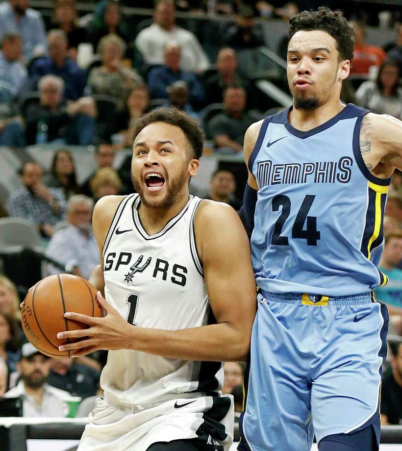 San Antonio Spurs forward Kyle Anderson (1) drives around Memphis Grizzlies forward Dillon Brooks (24) during first half action Monday March 5, 2018 at the AT&T Center. Photo: Edward A. Ornelas, San Antonio Express-News / © 2018 San Antonio Express-News