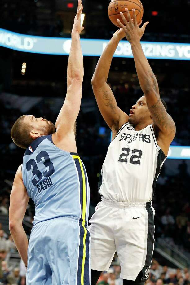 San Antonio Spurs forward Rudy Gay (22) shoots over Memphis Grizzlies center Marc Gasol (33) during first half action Monday March 5, 2018 at the AT&T Center. Photo: Edward A. Ornelas, San Antonio Express-News / © 2018 San Antonio Express-News