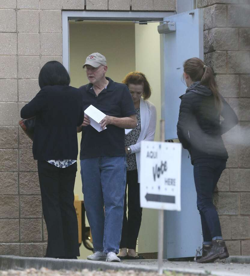People head to the polls at the Brook Hollow Branch of the San Antonio Public Library Tuesday for primary elections. Photo: John Davenport /San Antonio Express-News / ©John Davenport/San Antonio Express-News