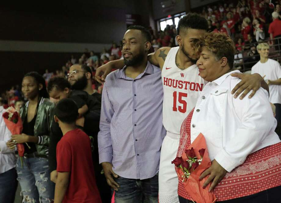 UH forward Devin Davis (15) shares an emotional moment with his mom during senior day Sunday. Photo: Elizabeth Conley, Chronicle / © 2018 Houston Chronicle