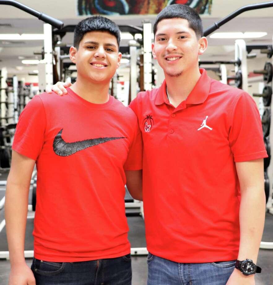 Kevin Zamora, derecho, salvo a su compañero del equipo de baloncesto, Jesús Manzanares, izquierda, después de realizar la Maniobra Heimlich. Photo: Foto De Cortesía