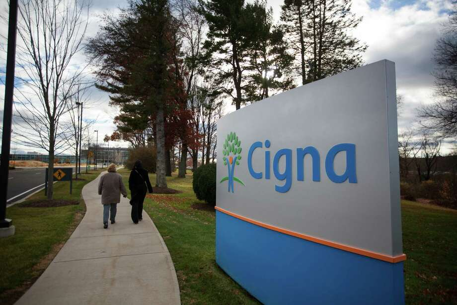 Pedestrians pass Cigna headquarters in Bloomfield, Connecticut, on Nov. 22, 2016. Photo: Michael Nagle/bloomberg / Bloomberg