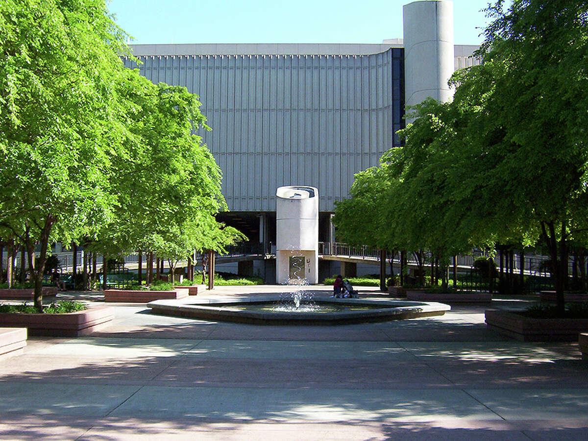 The Sacramento State library quad.