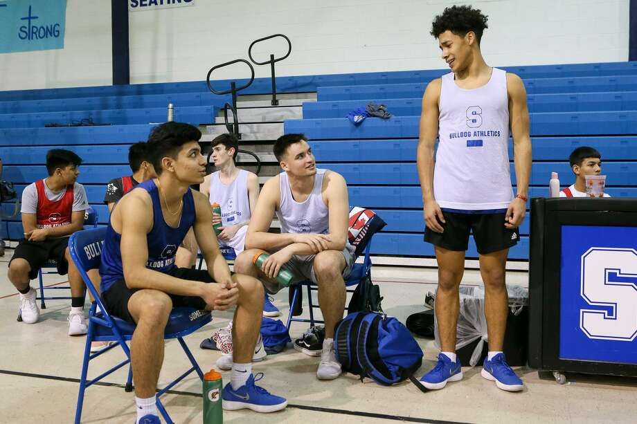 Somerset basketball players Isaiah Rivera (from front right),  Zadok Dinkelmann and Deven Goff take a break during a practice session at the school on Tuesday, March 6, 2018.  MARVIN PFEIFFER/mpfeiffer@express-news.net Photo: Marvin Pfeiffer, Staff / San Antonio Express-News / Express-News 2018