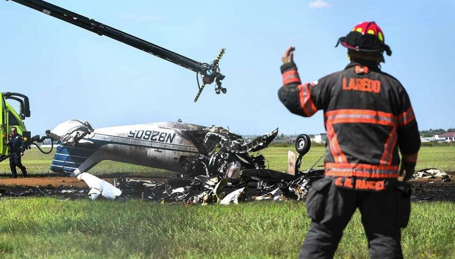 ARCHIVO — Los restos de una pequeña aeronave que se estrelló en el Aeropuerto Internacional de Laredo el jueves 8 de marzo de 2018. La policía de Laredo confirmó la muerte de dos personas en el accidente. Photo: Danny Zaragoza /Laredo Morning Times