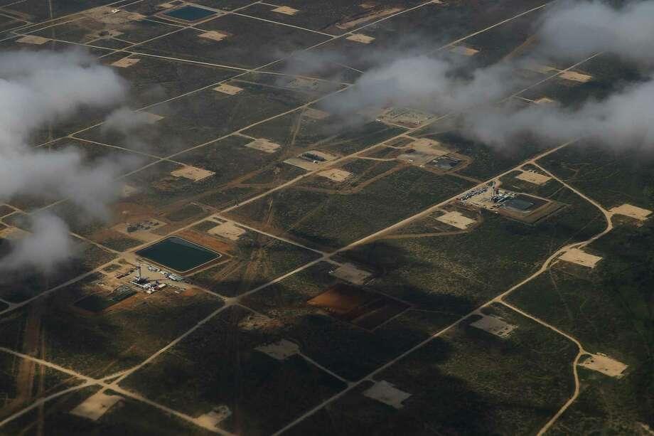 Oil rigs drill into the Permian Basin outside of Midland Saturday, Sept. 17, 2016. ( Michael Ciaglo / Houston Chronicle ) Photo: Michael Ciaglo, Staff / Houston Chronicle / © 2016  Houston Chronicle