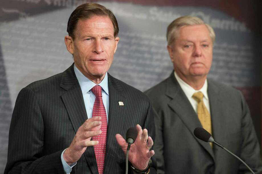US Senator Lindsey Graham (R), R-South Carolina, and US Senator Richard Blumenthal (L), D-Connecticut, explain Extreme Risk Protection Orders on Capitol Hill in Washington, DC, on March 8, 2018. Photo: Jim Watson / AFP /Getty Images / AFP or licensors