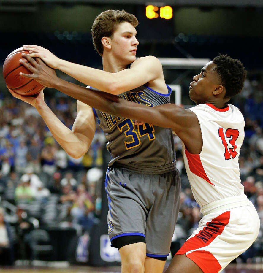 Alamo HeightsÕEvan Carcanagues looks to pass around Justin Northwest's Jordan Keys during their UIL Class 5A state semifinal game held Thursday March 8, 2018 at the Alamodome. Photo: Edward A. Ornelas, San Antonio Express-News / © 2018 San Antonio Express-News