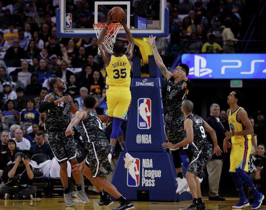 Kevin Durant (35) goes up for  a dunk in the first half as the Golden State Warriors played the San Antonio Spurs at Oracle Arena in Oakland, Calif., on Thursday, March 8, 2018. Photo: Carlos Avila Gonzalez, The Chronicle / ONLINE_YES