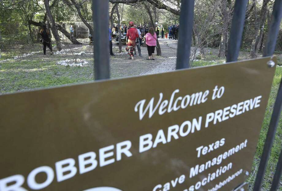 A sign points he way to the  Robber Baron Cave near the intersection of Nacogdoches Road and North New Braunfels Avenue. Photo: William Luther /San Antonio Express-News / © 2018 San Antonio Express-News
