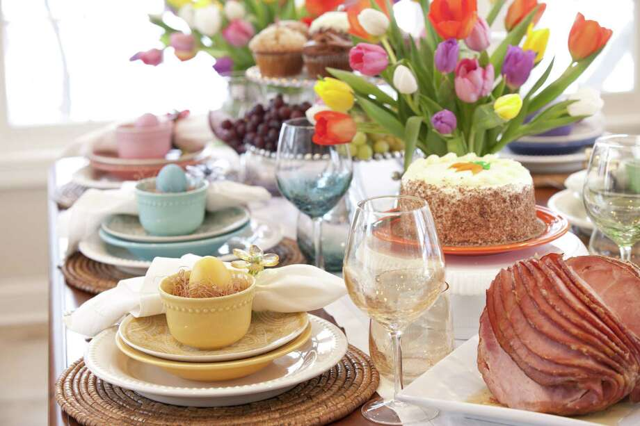 Easter Elegant Place Setting Dining Table with Vase of Tulips Photo: Liliboas / Getty Images/iStockphoto / Lisa Thornberg