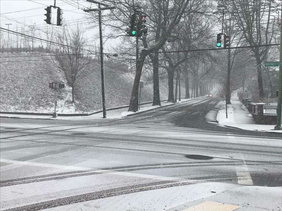 The intersection of Whitney Avenue and Edwards Street at 10:15 a.m. during Tuesday's snowstorm. Photo: Brian Zahn/Hearst Connecticut Media