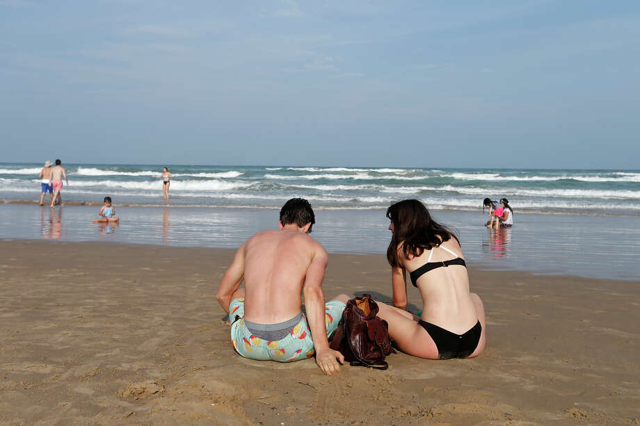 South Padre Island officials extended the local emergency management order for beaches on Wednesday. Photo: Edward A. Ornelas, San Antonio Express-News / © 2018 San Antonio Express-News